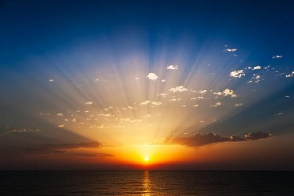 Początek Tysiąclecia łączy się z powrotem Chrystusa, którego przyjście i obecność przyrównane są w Biblii do wschodzącego słońca. Jego blask będzie można oglądać w Jego działalności, ponieważ On sam powrócił niewidzialny dla ludzkiego oka (Jan. 14:19, 1 Tym. 6:16).